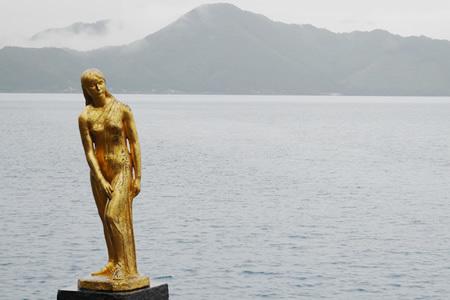 田沢湖とたつこ像
