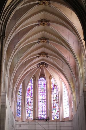 シャルトル大聖堂の中へ