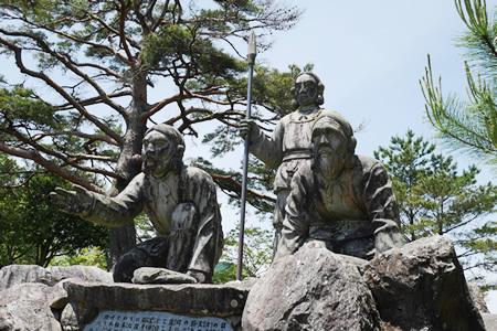国見ヶ丘の建磐龍命の像