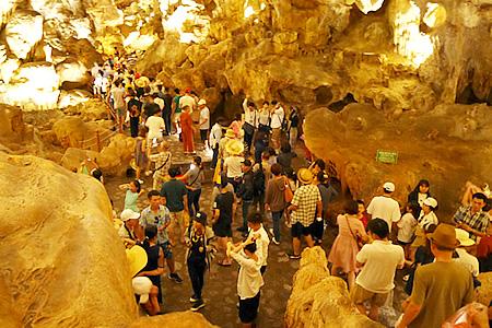 ハロン湾のティエンクン鍾乳洞