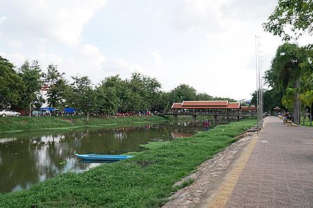 オールドマーケットの前の川